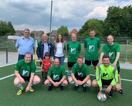 Der WoWi-Cup war ein Gewinn für alle: Ralf Kremer, Vorsitzender Aufsichtsrat, Hans-Jürgen Meisen, Vorstandsvorsitzender, (hintere Reihe v.l.) und die Fußballer der Kreisbau AG sowie Alma Winkler, DESWOS. Foto: Kreisbau AG