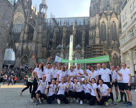 Das große Laufteam in den Trikots und mit dem Banner war ein echter Hingucker vor dem Kölner Dom!