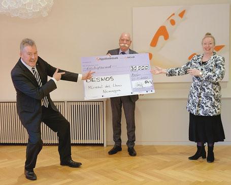 Bernd Miethke (Geschäftsführer GVV) und Peter Czaja (Beiratsvorsitzender GVV) überreichten der sichtlich überraschten Maren Kern (DESWOS-Vorständin) den Spendenscheck.