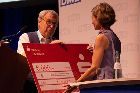 DMB-Ehrenpräsident Dr. Franz-Georg Rips überreichte den Spendenscheck an DESWOS-Mitarbeiterin Astrid Meinicke. Foto: Grit Gernhardt
