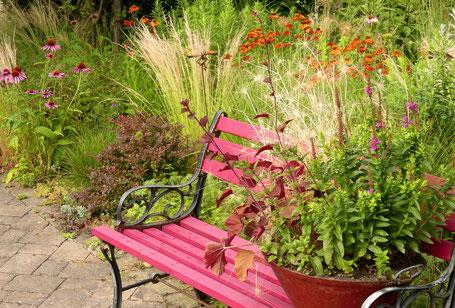 Aus alt mach neu: ausrangierte Eisenbeschläge erhalten neue Chance mit frischem Holz und Farbe - pinky Bank im Vorgarten