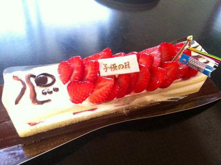 遅々の晩御飯になったので用意していたケーキは、朝食としていただきました。。。     *僕は苺の乗っていない頭部でした。(涙)
