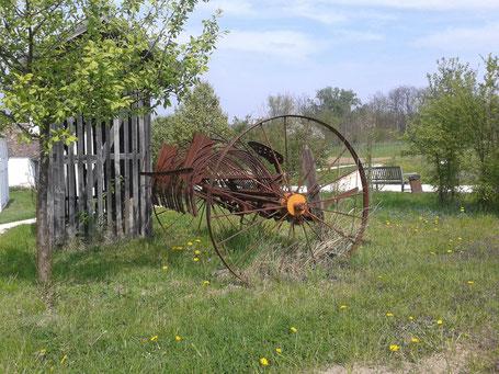 Fotografie eines landwirtschaftlichen Gerätes aus dem frühen 20. Jahrhundert. Der Rechen konnte von Pferden gezogen werden.