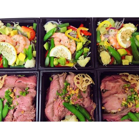 グランドマミーズのメニューにある、ローストビーフとパワーサラダを撮ったものです。サラダはエビや野菜や豊富に入っています。