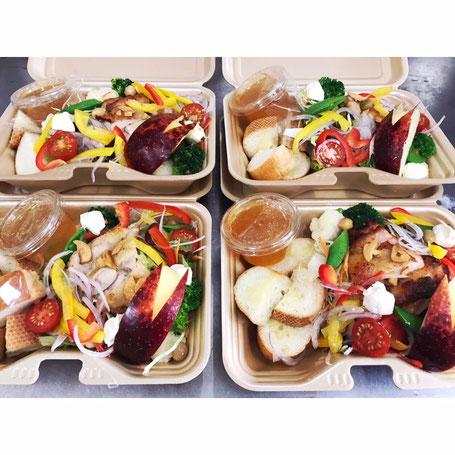 日替わりランチサラダ木曜の写真。たくさんの野菜サラダの上にチキンが乗っている。うさぎさんりんごも入っている。