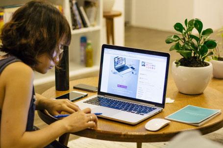 Eine Frau studiert am Laptop
