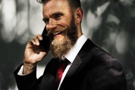Ein Mann telefoniert mit dem Smartphone