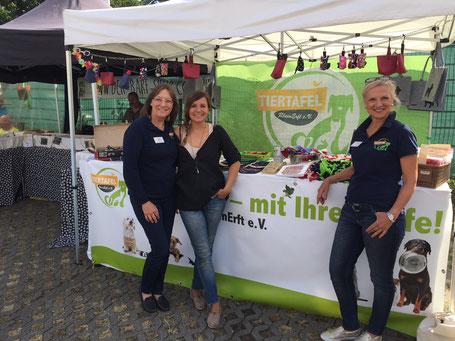 Marion und Gabi mit Tiertafel-Patin Simone Sombecki, Foto: Plück