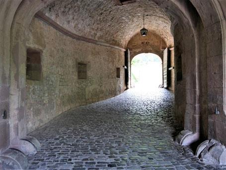 Würzburg Reise TIpps: Durch die Wehranlage hinauf zur Festung