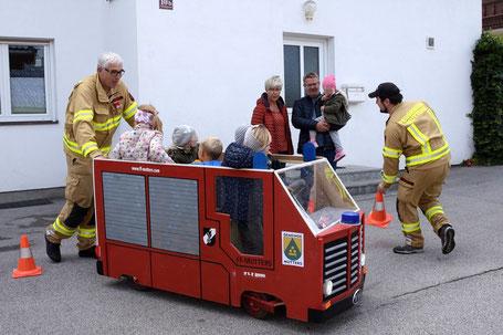Markus beim Tag der offenen Tore 2017 mit seinem selbst gebauten und funktionstüchtigen Feuerwehrfahrzeug