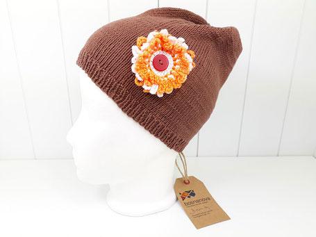 Baumwollmütze mit Blumenapplikation von bosnanova in braun