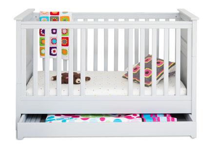 Babybett mit Bettschublade hellgrau
