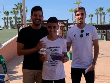 Rafael Rebollar, uno de los goleadores de la Liga con 21 goles, junto a su entrenador Sergio y su 2º Jorge Serrano.  Competición 2ª Infantil Grupo 8.