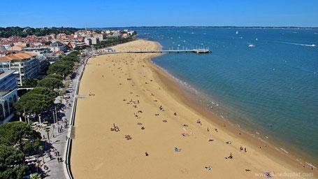 La playa principal con el embarcadero