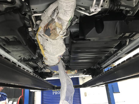 熱をもつマフラー・遮熱版・エンジン本体・ブレーキデスクなど養生します。