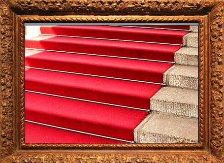 Dieses Bild zeigt einen Roten Teppich, der von einem schweren Goldrahmen eingrahmt ist. Das Thema dreh sich um den Roten Teppich, um Götter und Zeremonien, und um Prominente der heutigen Zeit.