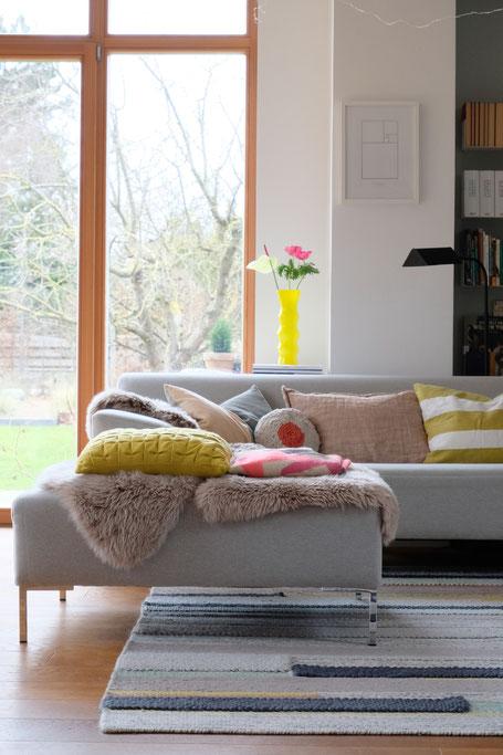 dieartigeBLOG // Wohnzimmer, Sofaecke in Neon & Bunt - Sofa Freistil, Teppich Ikea, Kissen: PAD, Lumikello, Depot, HM Home