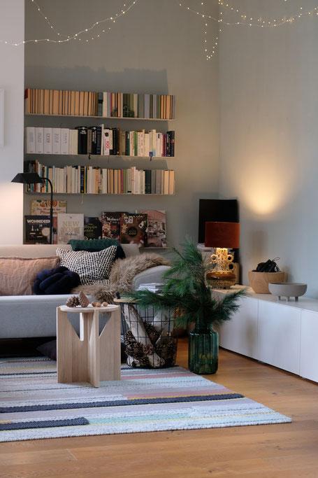 dieartigeBLOG // Wohnzimmer im November, Freistil-Sofa in Hellgrau, Beistelltische, Wandfarbe Alpina Feine Farben, Lichterkette + Kiefer