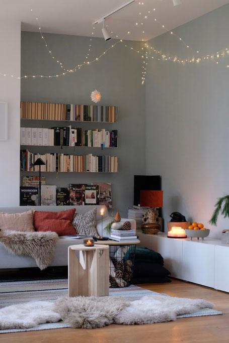 dieartigeBLOG // Wohnzimmer, Sofaecke im Winter - Sofa Freistil, Beistelltisch Kristina Dam Studio, Wandfarbe Alpina