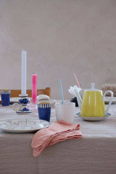 dieartigeBLOG // Oster-Frühlings-Tischdekoration | Blau mit Weiß & Leinenservietten in Apricot, zitronengelbes Kännchen