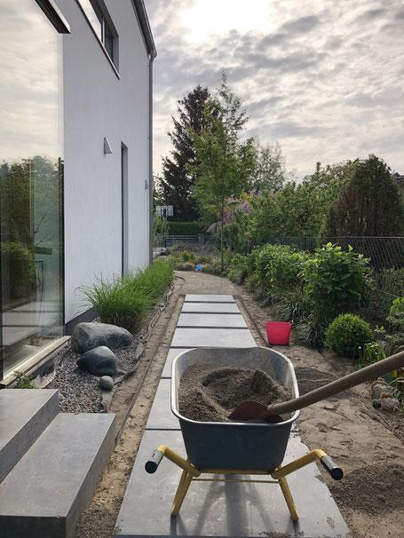 dieartigeGARTEN //NEU: Weg mit Kurven | Stahlkanten, Brechsand+Blausteinplatten