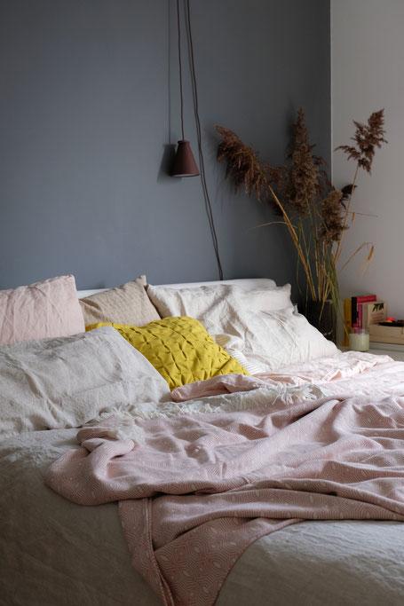 dieartigeBLOG // Schlafzimmer im Frühling, Leinenbettwäsche in Rosé + Natur von Urbanara, Schilf im Naturlook