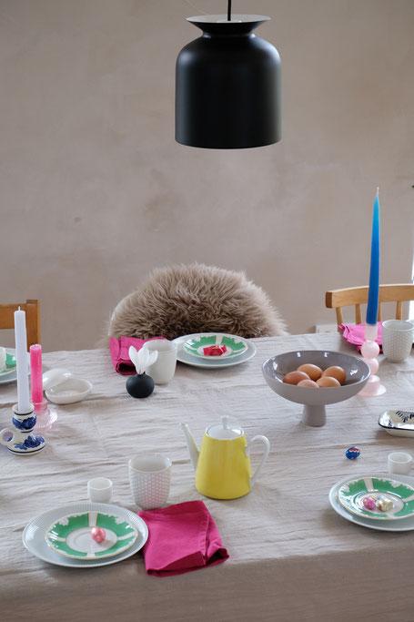dieartigeBLOG // Oster-Frühlings-Tischdekoration | Weiß mit Grün - Vintage-Porzellan, Pinke Stoffservietten, Blaue + Zitronengelbe Akzente, Hellgraue Leinentischdecke