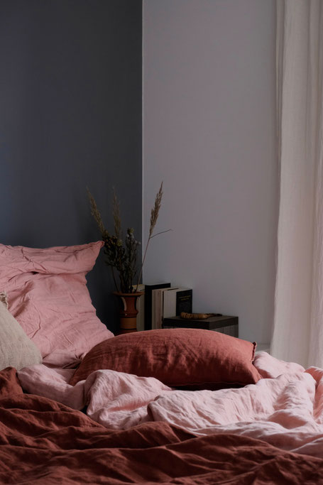 dieartigeBLOG // Schlafzimmer im Oktober - Naturlook, Leinen in Rost + Rosé