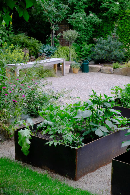 dieartigeGARTEN //June Garden - new high beds / neue Kniehochbeete mit Artischocke, Dahlien & Co