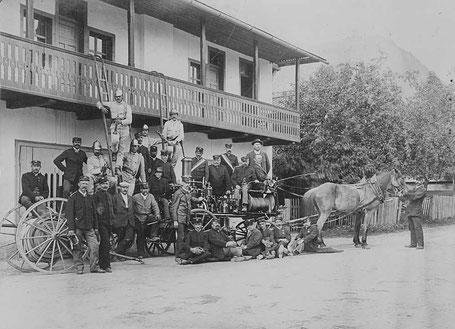 Mannschaft mit Dampfkraftspritze Vindobona vor Rüsthaus Pischeldorf um 1908