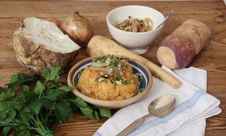 Steckrüben-Sellerie-Kartoffelstampf mit Mandeln und geschmälzten Zwiebeln