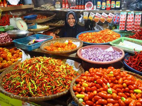 Lokale kleurrijke markt in Sulawesi