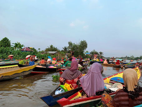 Handelende lokale vrouwen op de drijvende markt in Banjarmasin op Kalimantan