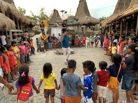 Zingen en dansen bij het English goes to Kampung project op Sumba