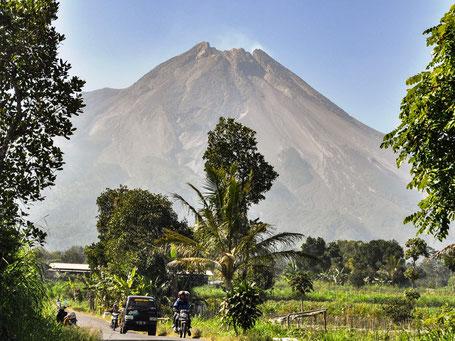 Machtige Merapi vulkaan op midden Java dichtbij Yogyakarta