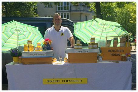 Claas verkauft Honig auf dem Markt.