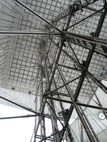 Bild: Blick nach oben aus dem gläsernen Aufzug in La Grande Arche im La Défense, Paris