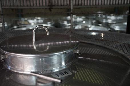 濾過後に泡盛を保管するステンレスタンク