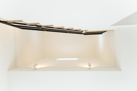 吹き抜け:窓からの光が降り注ぐ空間