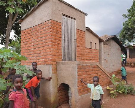 Der RVI war es wichtig, gerade in Pandemie-Zeiten Maßnahmen zur Förderung der Gesundheit in einem DESWOS-Projekt zu unterstützen, hier den Bau von Trockentrenntoiletten mit Waschmöglichkeit in Malawi.