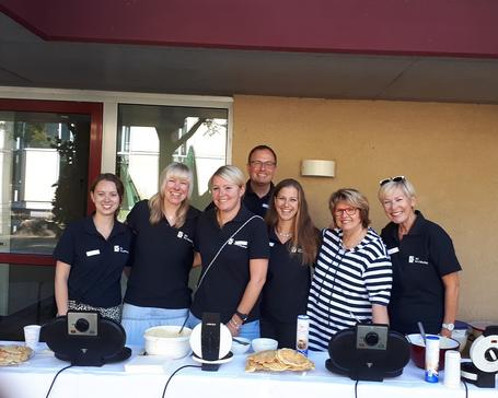 Freuen sich über das Spenden-Ergebnis: Christian Haertler mit EBZ-Mitarbeiterinnen und Schulleiterin Annegret Buch (rechts). Foto: EBZ
