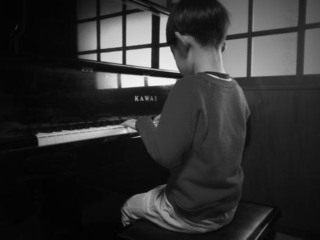 うちの哲平、幼稚園時代は音楽に力を入れている園ってこともあり、ピアニカで「宇宙戦艦ヤマト」、AKBの「会いたかった」、ゆずの「栄光の架け橋」や「ジュピター」etc、、、と演奏することができてたのに、園を卒業したった一年のブランクで見事に「チューリップ」しか弾けなくなっていましたwwww。