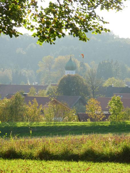 Blick aus einem Klassenzimmer ins Dorf
