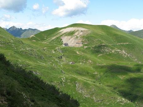 Il Rifugio Grassi visto dalla bocchetta Foppabona