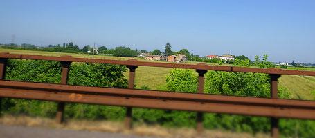 Landschaft in der Po Ebene, aufgenommen während der Fahrt auf der Autobahn
