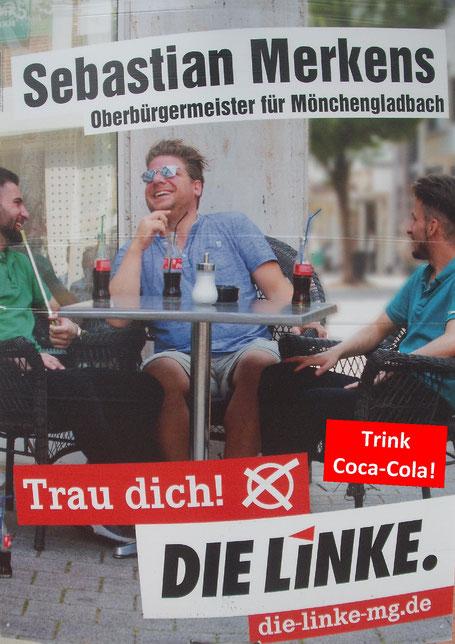 NRW NRW Kommunalwahl 2020, OB-Kandidat der Partei Die Linke in Mönchengladbach, Sebastian Merkens, mit vielen Coca-Cola Flaschen auf dem Tisch.