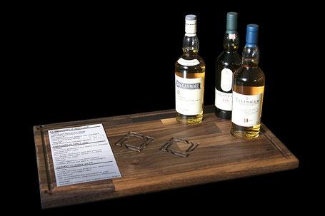 Das Nussbaumholz mit drei Whiskysorten aus der Sammlung der Classic Malts