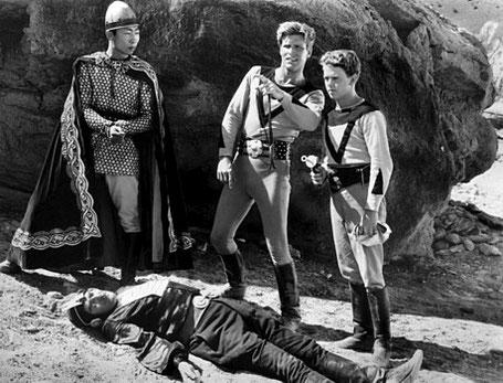 "Szenenfoto aus dem Kinoserial ""Buck Rogers"" (USA 1939); Philson Ahn, Larry Buster Crabbe und Jackie Moran auf dem Saturn"