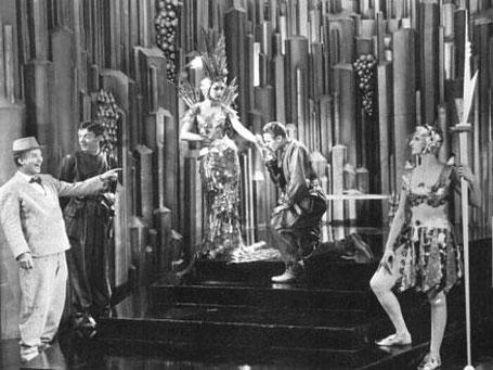 """Szenenfoto aus dem Film """"Just Imagine"""" (USA 1930) von David Butler, mit El Brendel, Joyzelle Joyner, John Garrick und Frank Albertson"""