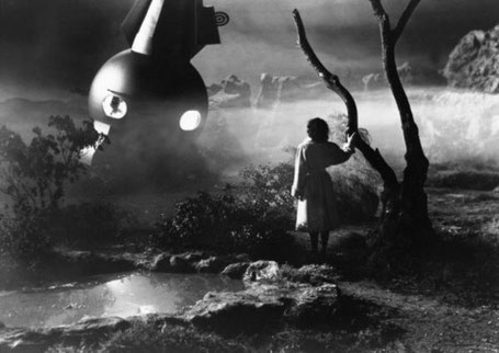 The Man from Planet X (USA 1951) Szenenbild mit Margaret Field vor dem Raumschiff im Moor